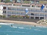 实践Perscucion风筝冲浪在平静的海面