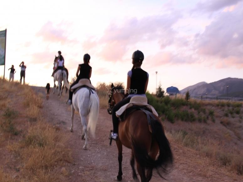Yendo a caballo en hilera