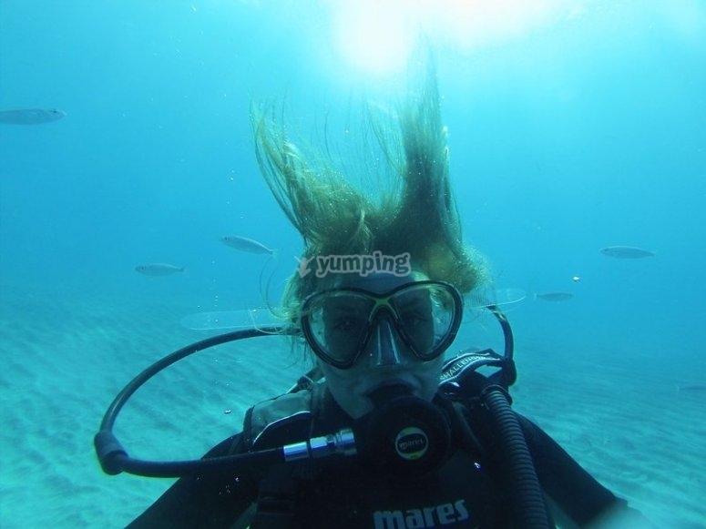 Operatore subacqueo davanti al pesce