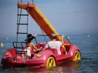 摩托艇上航行在太阳海岸