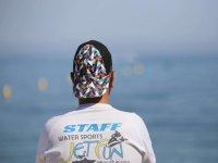 Monitor contemplando el mar en la Costa del Sol
