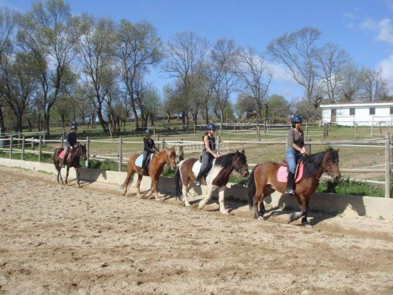 Un paseo a caballo por el interior de la finca