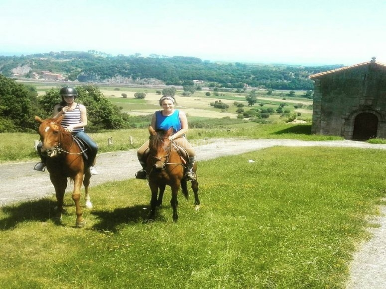 Ride with horses through the Asturian landscapes