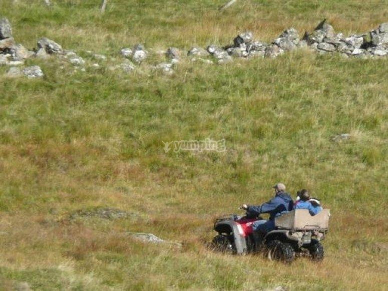 por el campo con el quad.