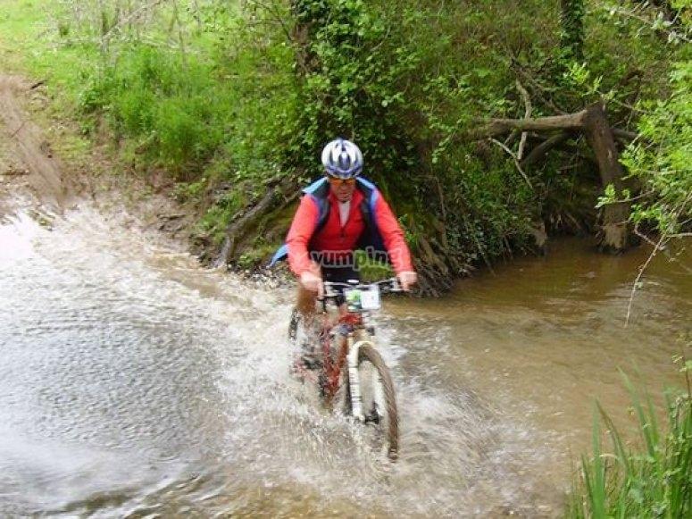 atravesando el rio en bici