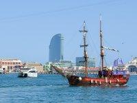 Ruta en barco pirata skyline de Barcelona 50 min