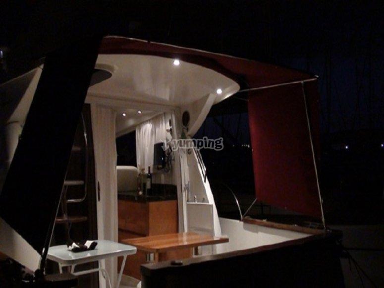 Interior del barco en la noche