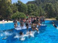 Lanzandose a la piscina