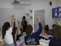 Levantando la mano para hablar