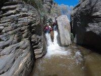 Cascada entre las rocas del barranco