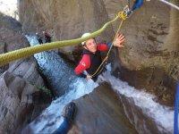 Pasando el barranco de Paterna con cuerdas