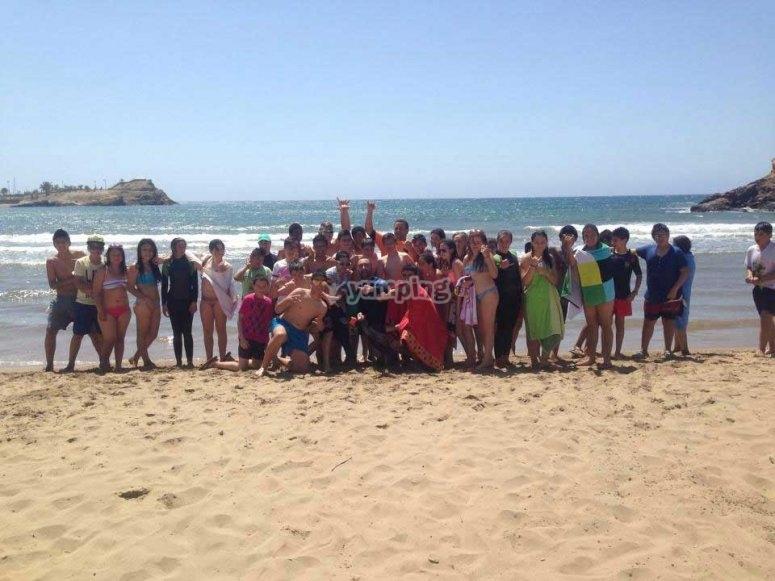 沙滩上的学童组