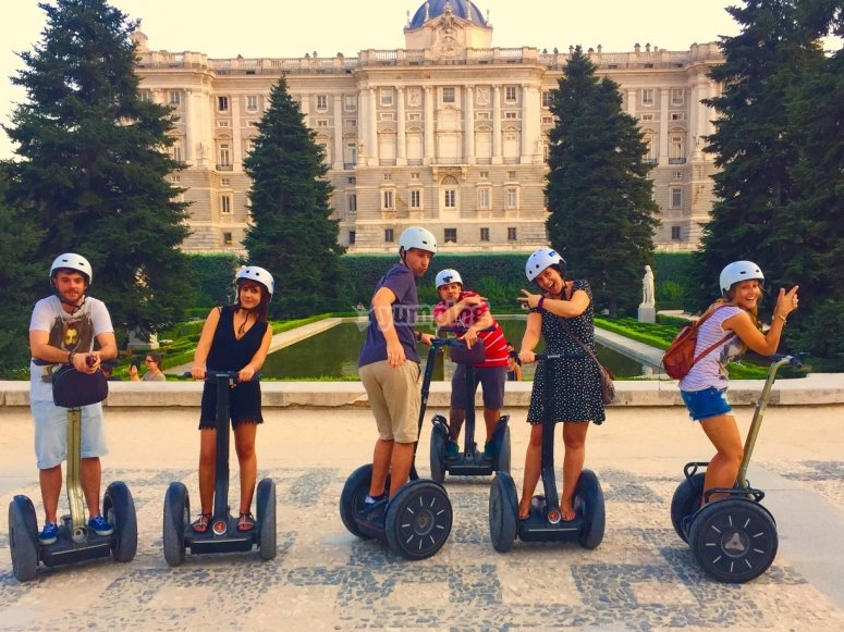 Grupo de segways en Madrid