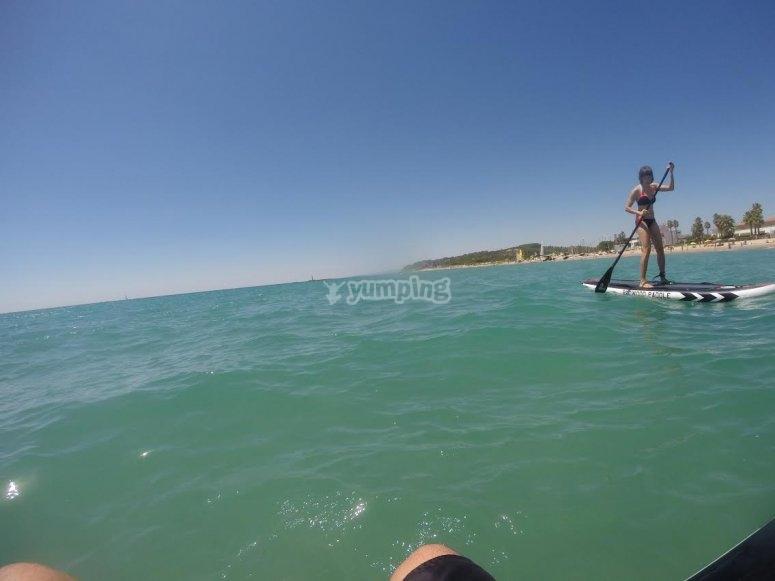 Remando en playa de Altafulla con tabla de SUP