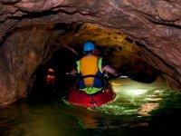 Recorriendo la cueva desde el kayak