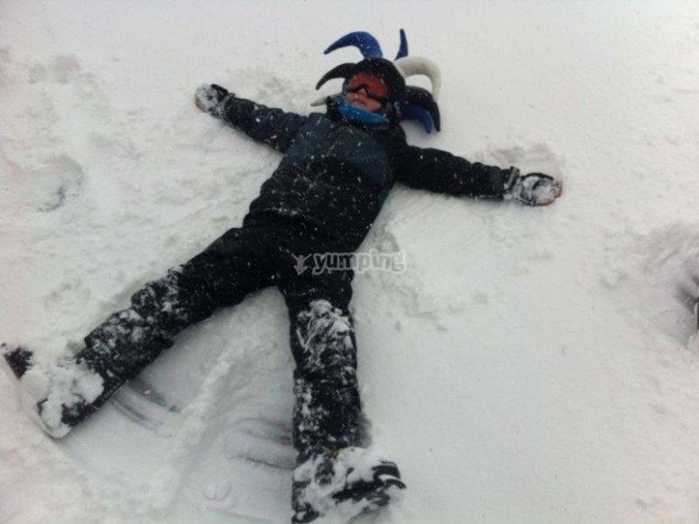 haciendo un angel en la nieve