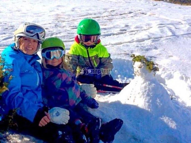 familia disfrutando en la nieve.