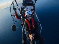 Volando en paramotor con piloto profesional