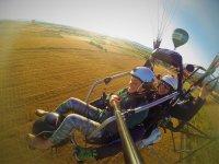 Volando en paratrike junto a un globo