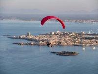 Sulla costa delle Baleari con il paracadutista