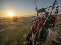 Al amanecer vuelo simultáneo de globo y paramotor