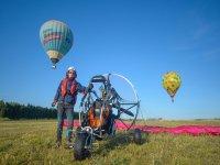 En tierra con el paramotor mientras los globos vuelas