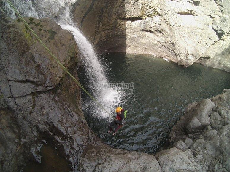 Rapel junto a cascada