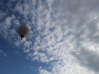 Volando en globo entre nubes