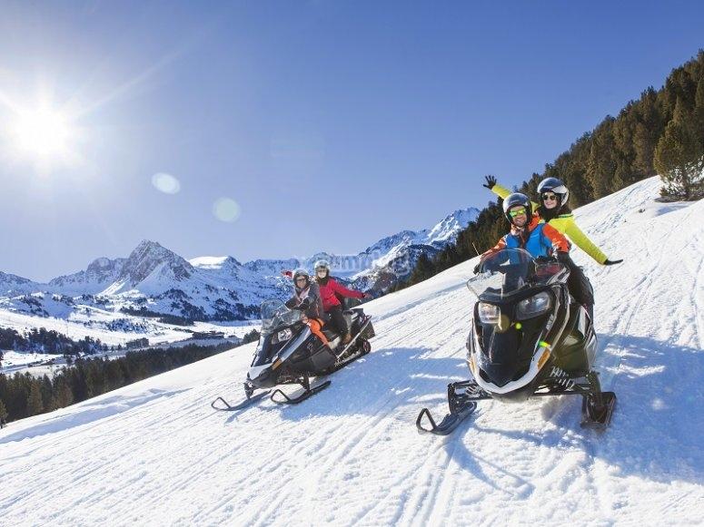 Dos motos de nieve haciendo una travesia