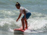Joven surfista en su tabla