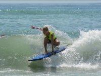 Surfista con una mano en la tabla