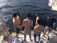 Charlando de pie en el barco