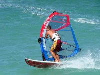 Aprendiendo sobre una tabla de windsurf