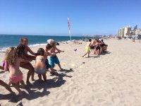 Tira de la soga en la playa