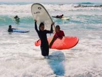 Llevando la tabla de surf sobre la cabeza