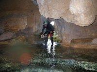 Entrando dentro de la cueva