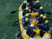 Grupo de rafting sobre la balsa