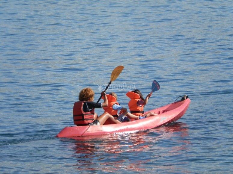 personas en kayak