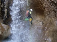 将瀑布降下通过绳索