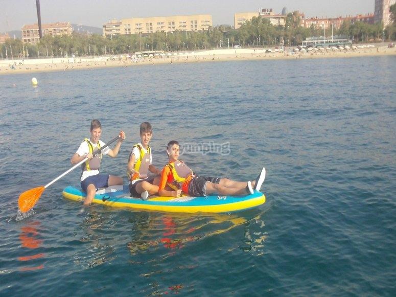 Praticare il paddle surf a Barcellona con gli amici