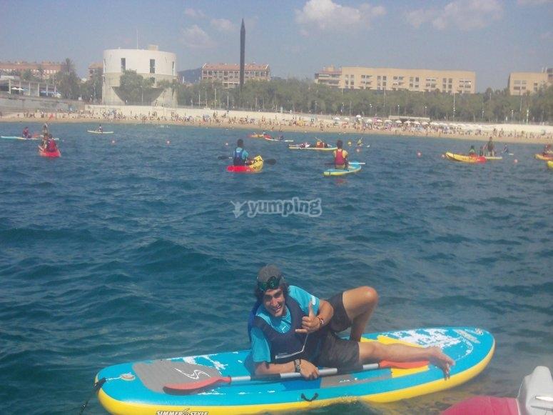 Rilassarsi sulla tavola da paddle surf nel Port Olímpic