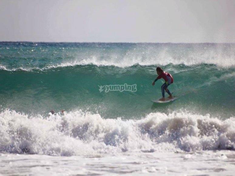 Surfeando una gran ola