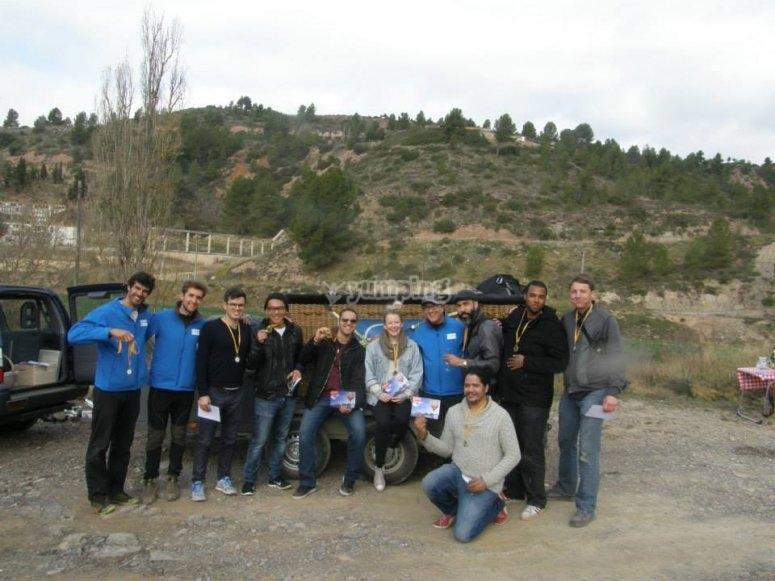 foto de grupo con diploma travesia de los Pirineos