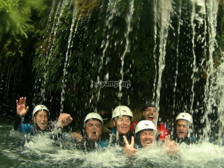 Bajo la cascada