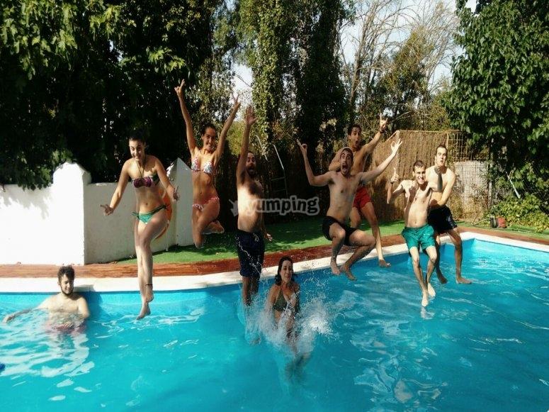 Saltando a la piscina