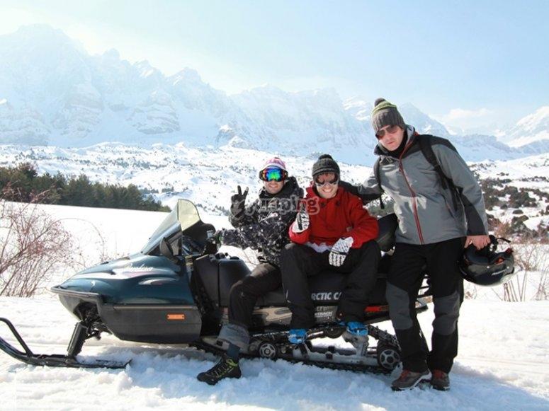 Amigos en la moto de nieve