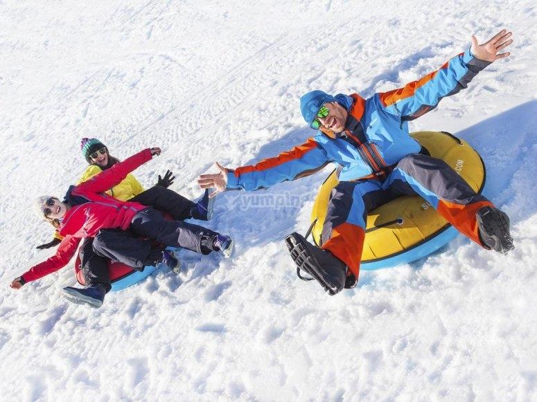 Resbalando con hinchables en la nieve