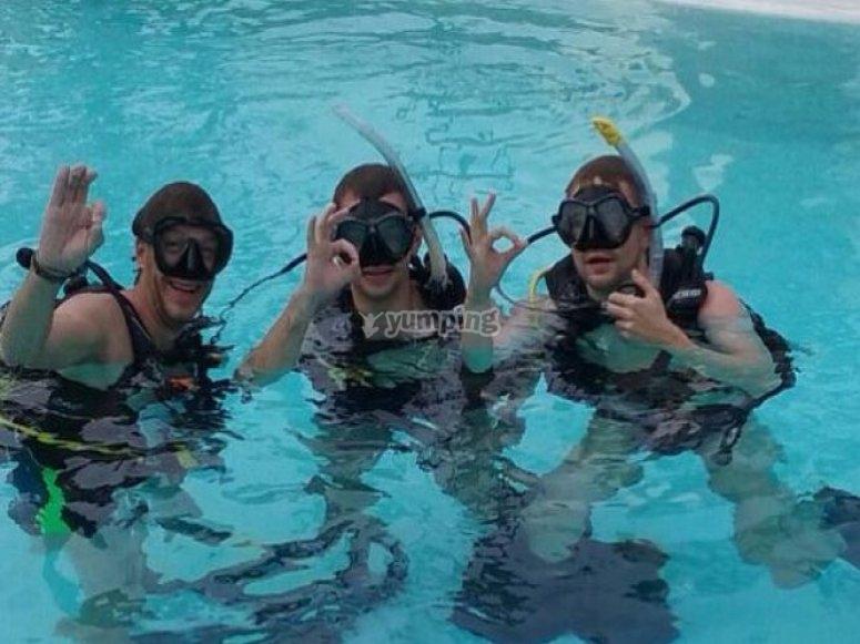 Buceadores en la piscina