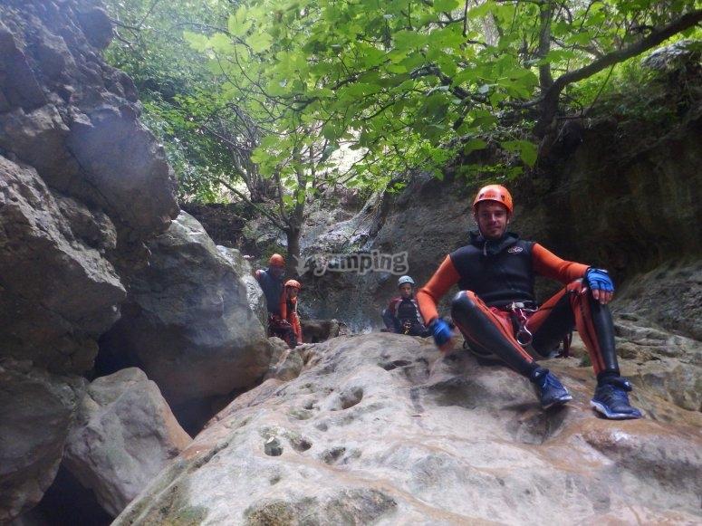 En una roca gigante del barranco
