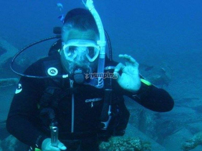 hombre bajo el mar.
